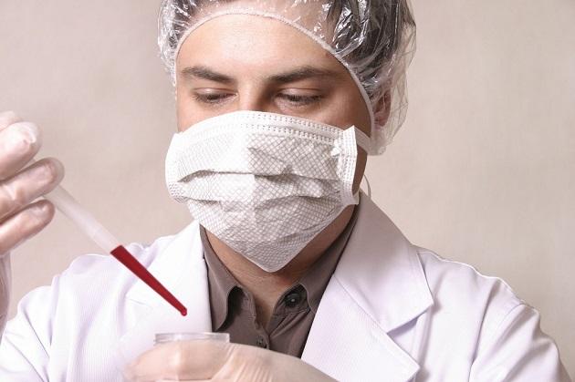 Врач в маске и анализом крови