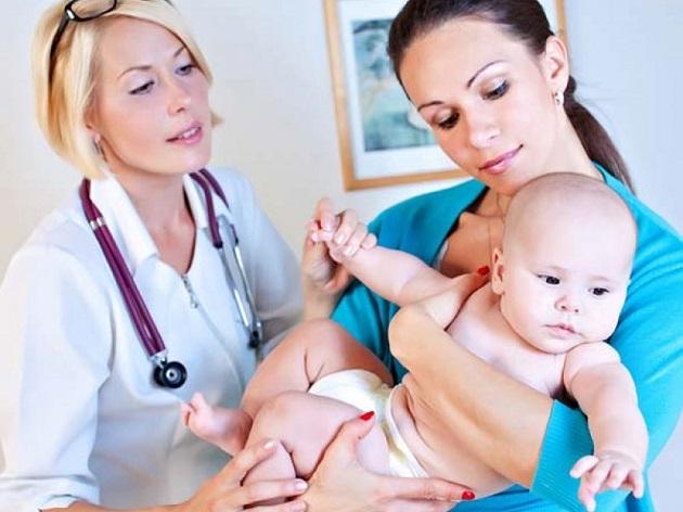 Мама с младенцем и доктор