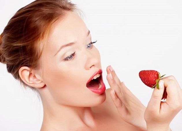 Девушка боится съесть клубнику