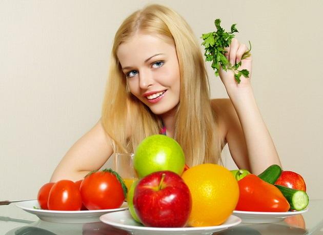 Улыбающаяся блондинка и фрукты