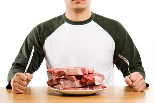 Мужчина и тарелка со свежим мясом